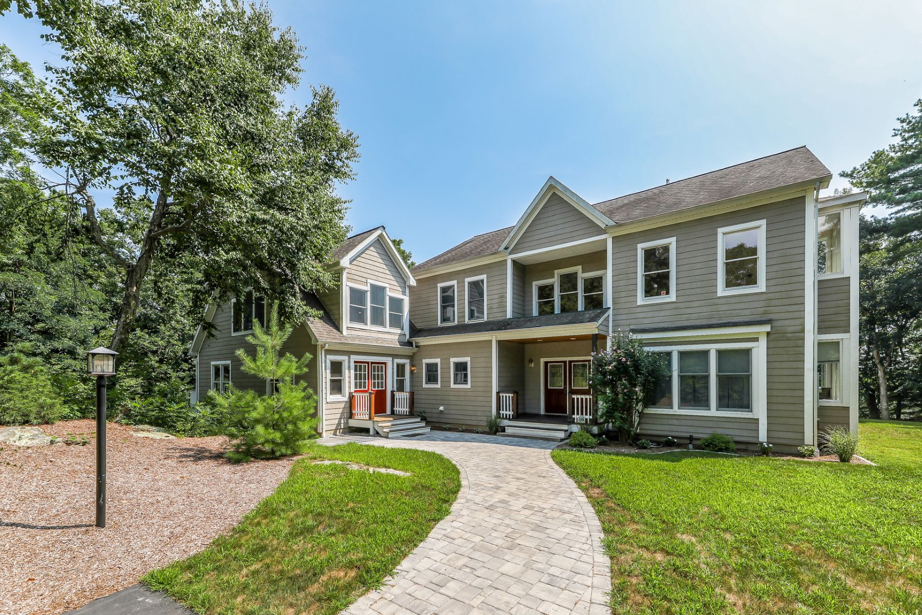 single family homes voor Verkoop op Sundrenched Colonial 5 Whittemore Place, Westbrook, Connecticut 06498 Verenigde Staten