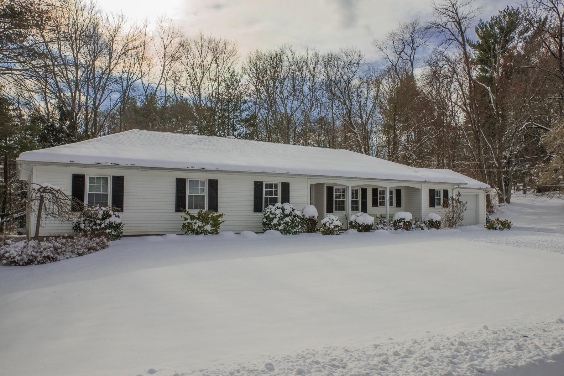 Maison unifamiliale pour l Vente à One Floor Living With All Modern Conveniences 7 Pratt St Chester, Connecticut, 06412 États-Unis