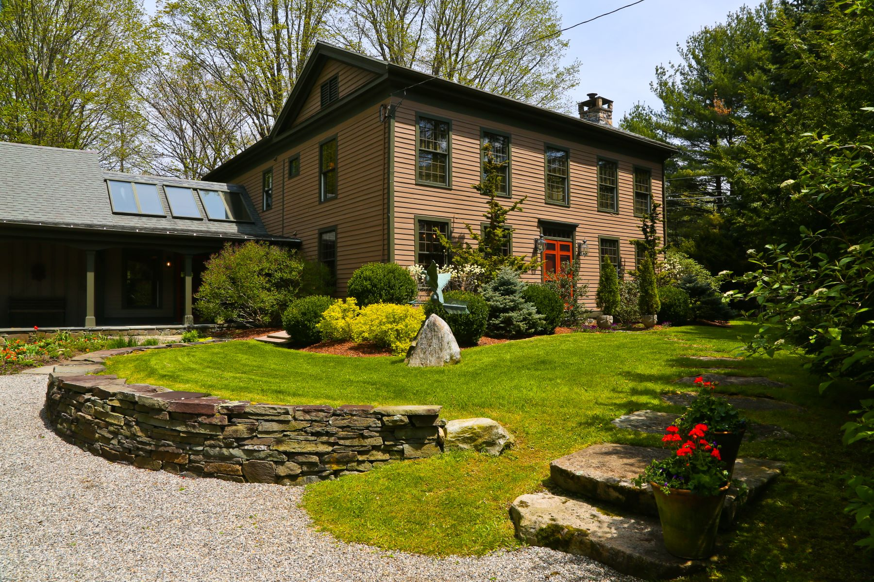 Casa Unifamiliar por un Venta en Turn-key, Historic Colonial in Magical Setting 0 & 399 State Rd Great Barrington, Massachusetts 01230 Estados Unidos