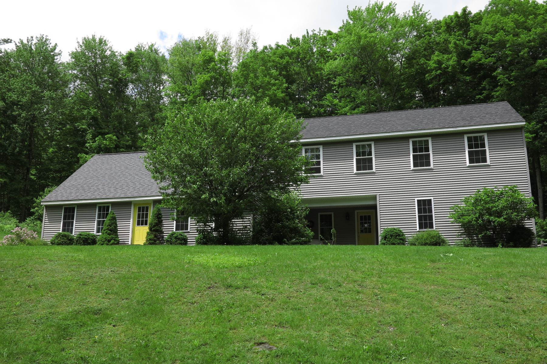 Single Family Homes pour l Vente à Spacious Colonial on Quiet Road in West Stockbridge 19 Cross Rd West Stockbridge, Massachusetts 01266 États-Unis