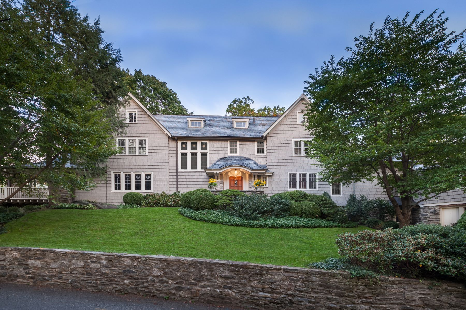 Maison unifamiliale pour l Vente à The Quintessential Hilltop House 6 Northern Avenue Bronxville, New York 10708 États-Unis