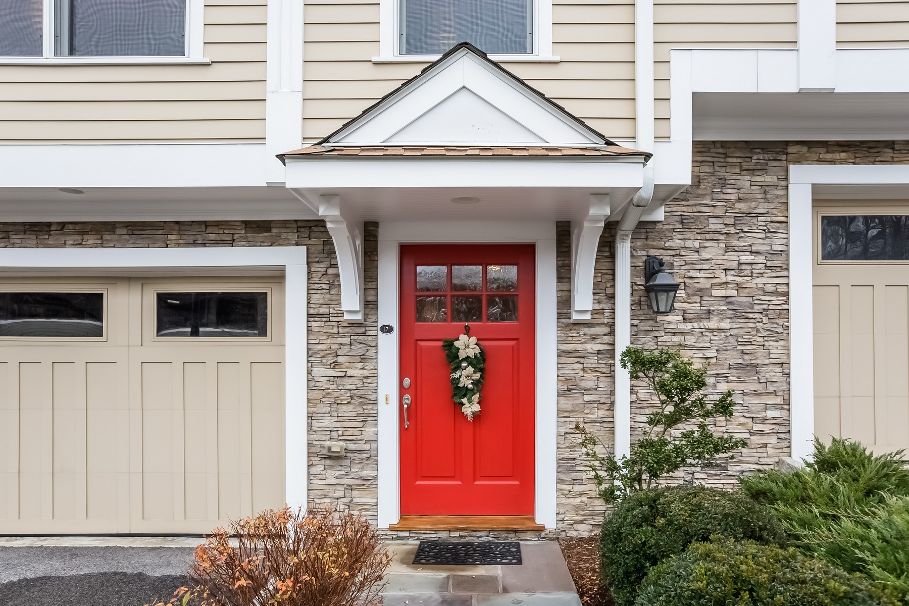Condomínio para Venda às Stunning Townhouse 66 Grove Street C17 Ridgefield, Connecticut, 06877 Estados Unidos
