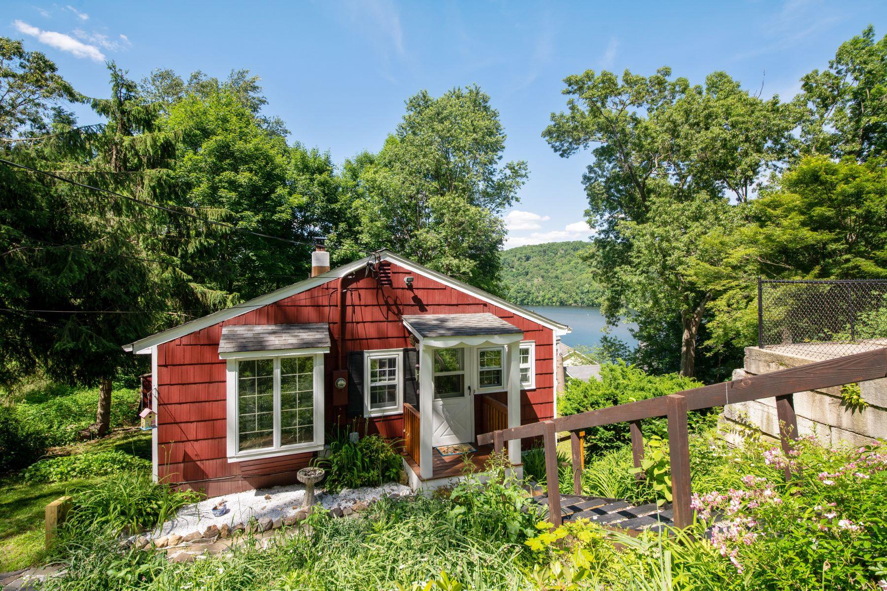 Single Family Homes のために 売買 アット Wonderful Cottage With Water Views 27 Locust Lane, Newtown, コネチカット 06482 アメリカ